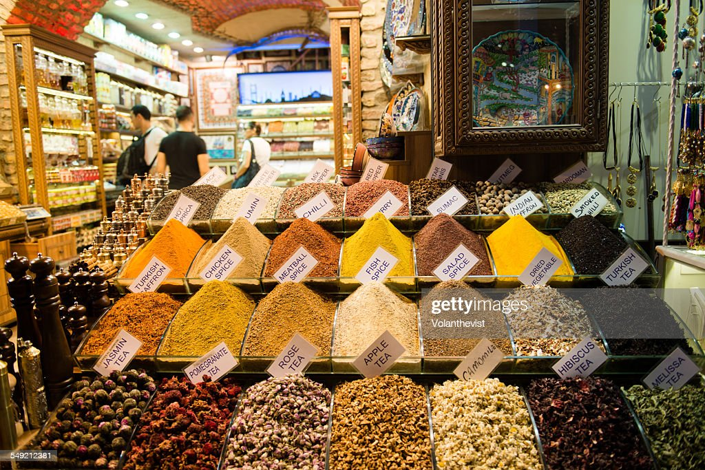 Spices and tea leaves at Spice Bazaar, Istanbul : Foto de stock