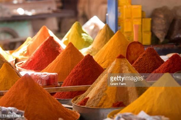 spices for sale in market. - marruecos fotografías e imágenes de stock