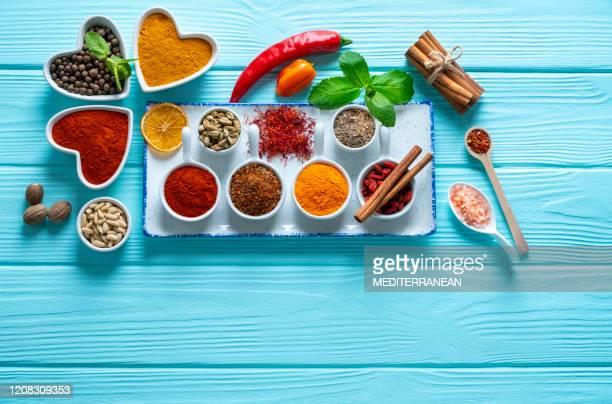 especiarias condimentos de ervas temperando em mesa de madeira azul claro - vegetais - fotografias e filmes do acervo