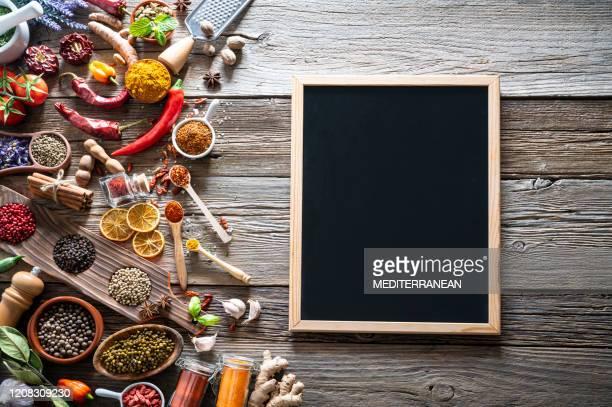 especiarias condimentos de tempero em mesa de madeira rústica - pimenta em pó - fotografias e filmes do acervo