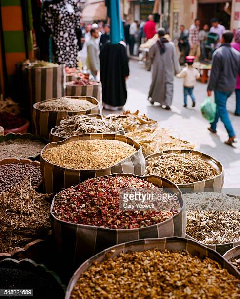 spices in khan el-khalili bazaar - kairo stock-fotos und bilder