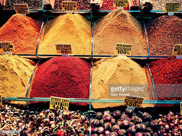 spices in the spice market of istanbul - yeowell foto e immagini stock