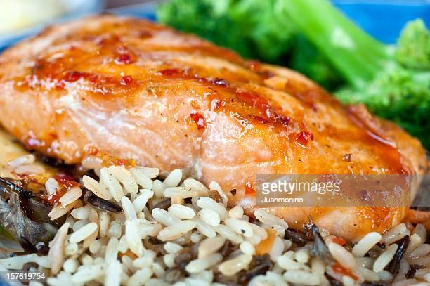 filete de salmón glaseado con salsa picante - barbeque sauce fotografías e imágenes de stock