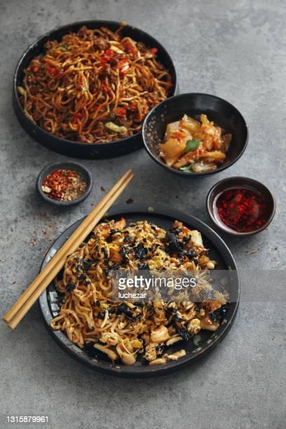 スパイシーな韓国産牛肉麺 - 副菜 ストックフォトと画像