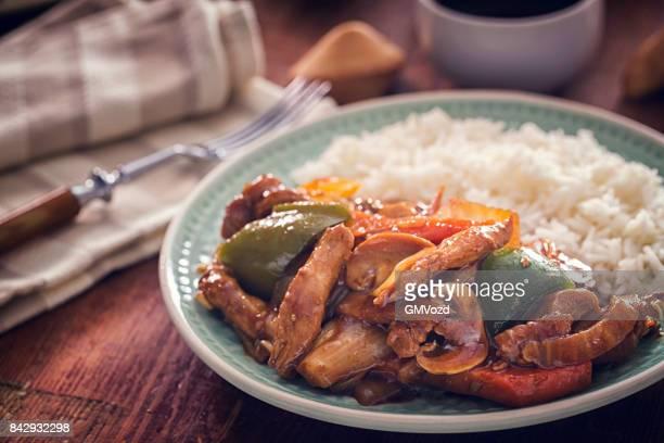 ご飯とスパイシーなカンパオ チキン