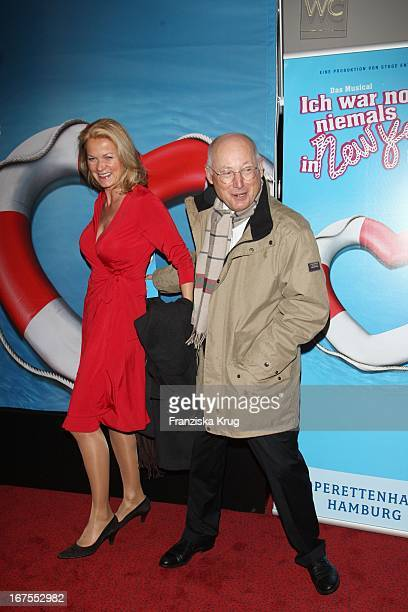 """Spiegel Chef Stefan Aust Und Ehefrau Katrin Hinrichs Aust Bei Der Musicalpremiere """"Ich War Noch Niemals In New York"""" Am 021207 In Hamburg Im..."""
