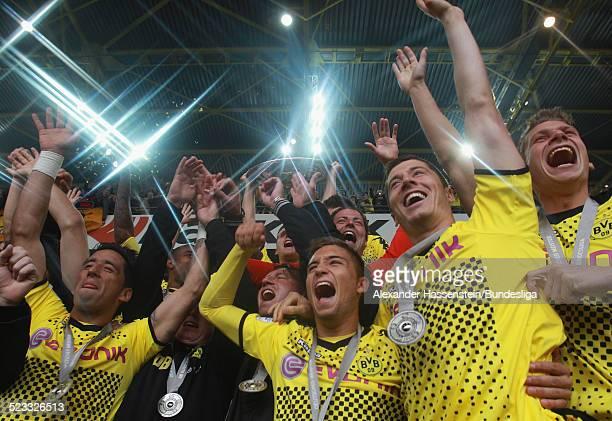 Spieler des BVB Borussia Dortmund feiern den Gewinn der Deutschen Meisterschaft 2011/2012 nach dem Bundesligaspiel zwischen Borussia Dortmund und SC...