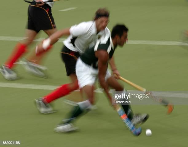 Olympische Spiele 2004 Athen Hockey Deutschland Pakistan 21 Spieler im Zweikampf