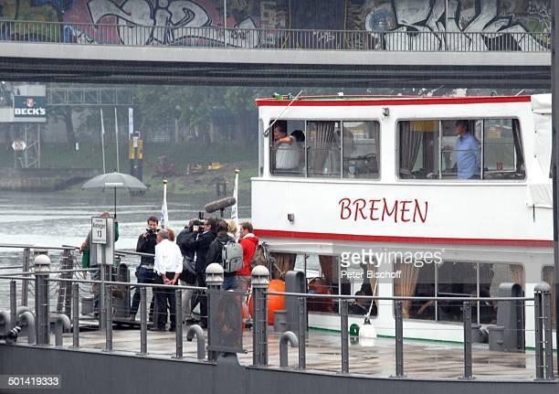 Spieler und Begleiter Einstieg auf Schiff 'Bremen' auf der Weser vor Abschiedsspiel für ExSV Werder BremenSpieler T o r s t e n F r i n g s Bremen...
