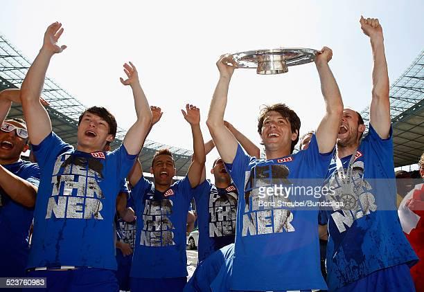Spieler von Hertha BSC bejubeln mit der Meisterfelge die 2 Bundesliga Meisterschaft und den Aufstieg in die 1 Bundesliga nach dem 2Bundesligaspiels...
