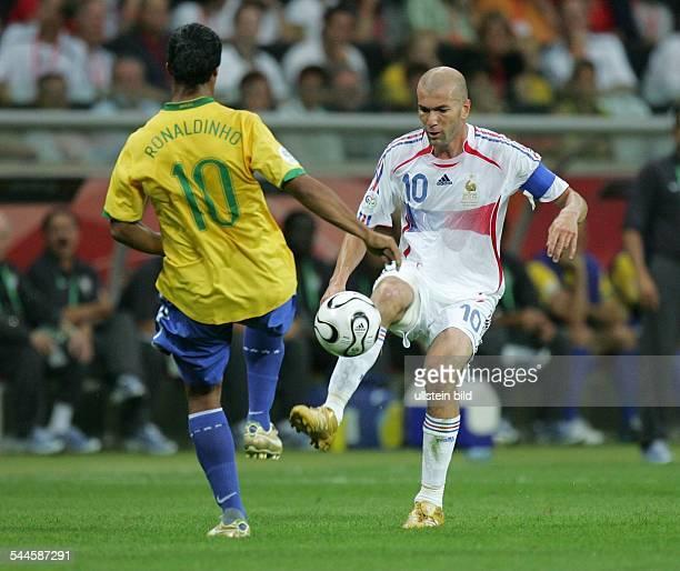FIFA WM 2006 Viertelfinale in Frankfurt aM Brasilien Frankreich 01 Spielszene Duett zwischen den beiden Zehnern Ronaldinho und Zinedine Zidane