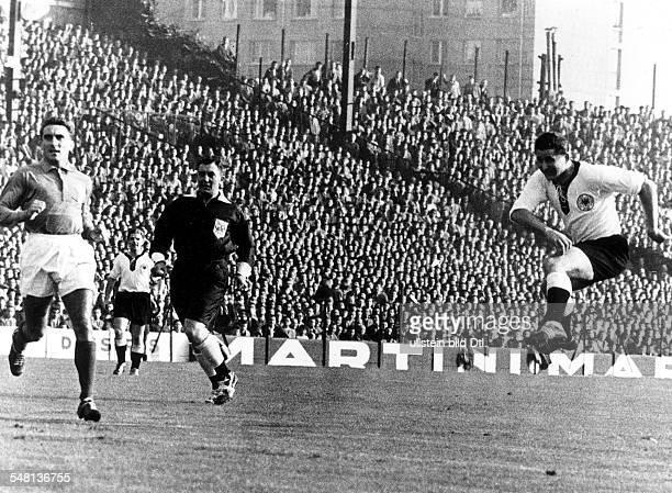Länderspiel im Stade de Colombes in Paris Frankreich Deutschland 22 Spielszene Helmut Rahn beim Torschuss links Andre Lerond in der Mitte...