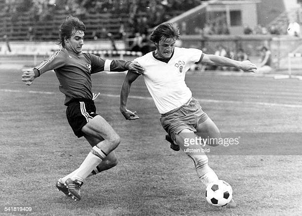 * Sportler Fussball DDRLänderspiel der Junioren in Magdeburg DDR Belgien 12 Spielszene wird vom belgischen Spielführer Courant angegriffen