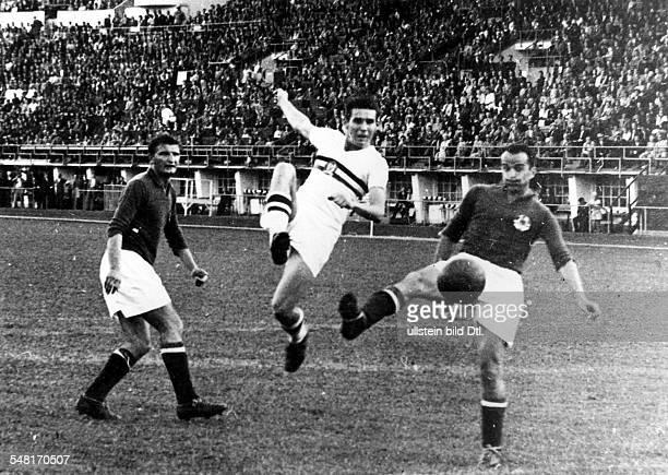 Fussball Endspiel Ungarn Jugoslawien 20 Spielszene zwei jugoslawische Verteidiger nehmen einen ungarischen Angreifer in die Zange August 1952