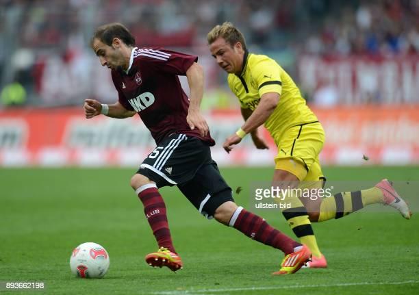 FUSSBALL 1 BUNDESLIGA SAISON 2012/2013 2 Spieltag Nuernberg Borussia Dortmund Mario Goetze gegen Javier Pinola