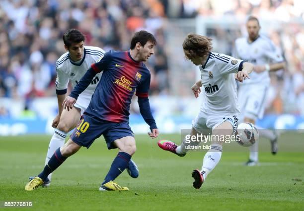 FUSSBALL INTERNATIONAL PRIMERA DIVISION SAISON 2011/2012 26 Spieltag El Clasico Real Madrid FC Barcelona Lionel Messi gegen Luka Modric und Alvaro...