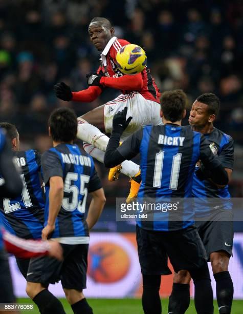 FUSSBALL INTERNATIONAL SERIE A SAISON 2012/2013 26 Spieltag Inter Mailand AC Mailand Mario Balotelli gegen Walter Gargano Yuto Nagatomo Ricardo...