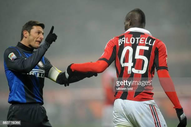 FUSSBALL INTERNATIONAL SERIE A SAISON 2012/2013 26 Spieltag Inter Mailand AC Mailand Mario Balotelli und Javier Zanetti im Wortgefecht