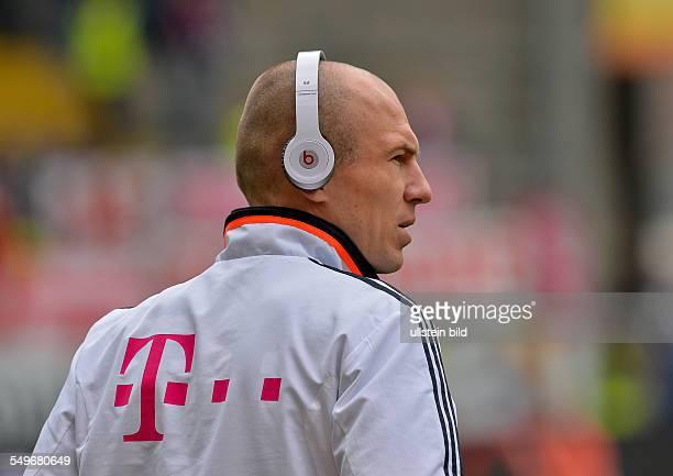 28 Spieltag Saison 2012/2013 Arjen Robben mit dicken Kopfhoerern schaut sich den Rasen an vor dem Fussball Bundesliga Spiel Eintracht Frankfurt gegen...