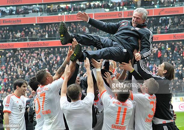 Spieltag, Saison 2012/2013 - Cheftrainer Jupp Heynckes wird von seinen Spielern in die Luft geworfen waehrend der Meisterfeier nach dem Fussball...