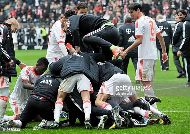 28 Spieltag Saison 2012/2013 Die Bayernspieler bilden eine grosse Traube nach dem Fussball Bundesliga Spiel Eintracht Frankfurt gegen FC Bayern...