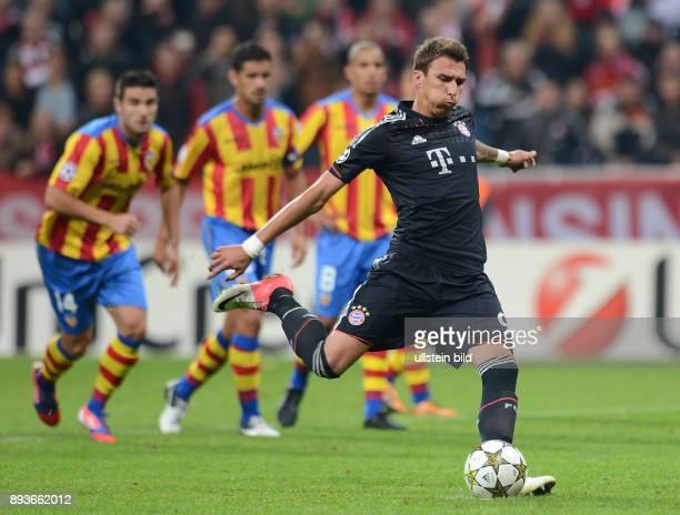 1 Spieltag Saison 2012/2013 Gruppe F FUSSBALL CHAMPIONS FC Bayern Muenchen FC Valencia Mario Mandzukic verschiesst einen Elfmeter