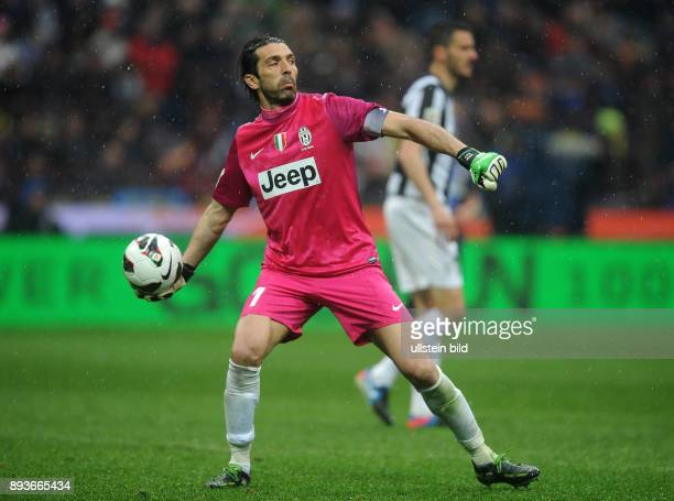 FUSSBALL INTERNATIONAL SERIE A 30 Spieltag SAISON Inter Mailand Juventus Turin Torwart Buffon Gianluigi mit Ball