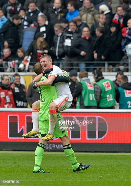 28 Spieltag Saison 2012/2013 Nach dem Schlusspfiff traegt Torwart Manuel Neuer Bastian Schweinsteiger ueber den Rasen waehrend dem Fussball...