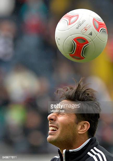28 Spieltag Saison 2012/2013 Nach einem Kopfball stehen Claudio Pizarro die Haare zu berge waehrend dem Fussball Bundesliga Spiel Eintracht Frankfurt...