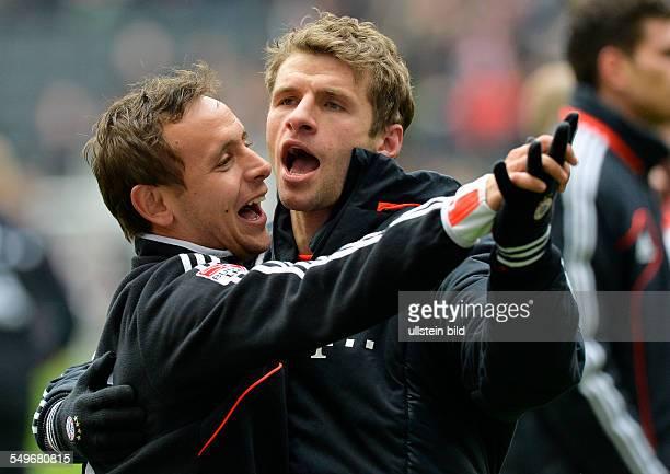 28 Spieltag Saison 2012/2013 Rafinha links und Thomas Mueller rechts tanzen nach dem Fussball Bundesliga Spiel Eintracht Frankfurt gegen FC Bayern...