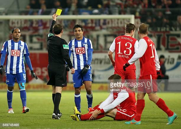 Spieltag, Saison 2012/2013 - Schiedsrichter Florian Meyer, Sami Allagui, gelbe Karte zeigend nach Foul an Marco Stiepermann, Aktion , FC Energie...