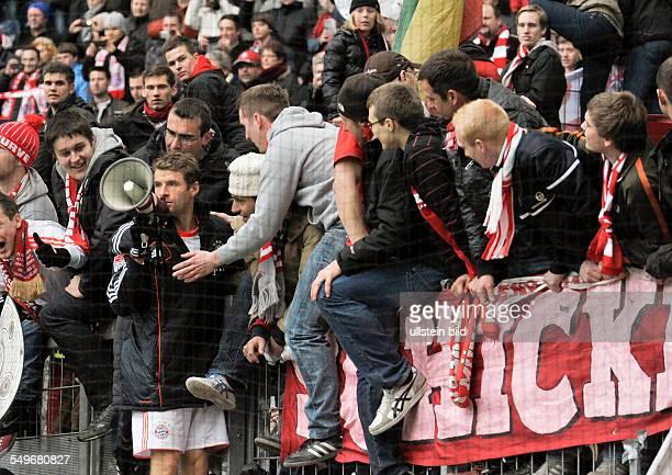 28 Spieltag Saison 2012/2013 Thomas Mueller steht am Zaun bei den Fans mit einem Megaphon nach dem Fussball Bundesliga Spiel Eintracht Frankfurt...