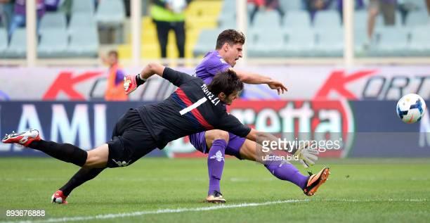 FUSSBALL INTERNATIONAL SERIE A 3 Spieltag SAISON AC Florenz Cagliari Calcio Mario Gomez gegen Torwart Michael Agazzi Gomez verletzt sich in dieser...