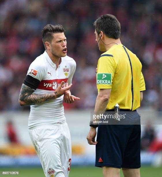 FUSSBALL 1 BUNDESLIGA SAISON 2014/2015 30 Spieltag VfB Stuttgart SC Freiburg Daniel Ginczek im Gespraech mit Schiedsrichter Wolfgang Stark