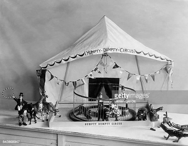 Spielzeugzirkus Humpty Dumpty, Raubtierdressur in der Manege- undatiert, vermutlich 1906