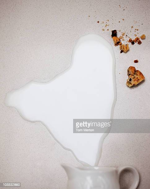Spilled Milch aus Krug und Keksen.