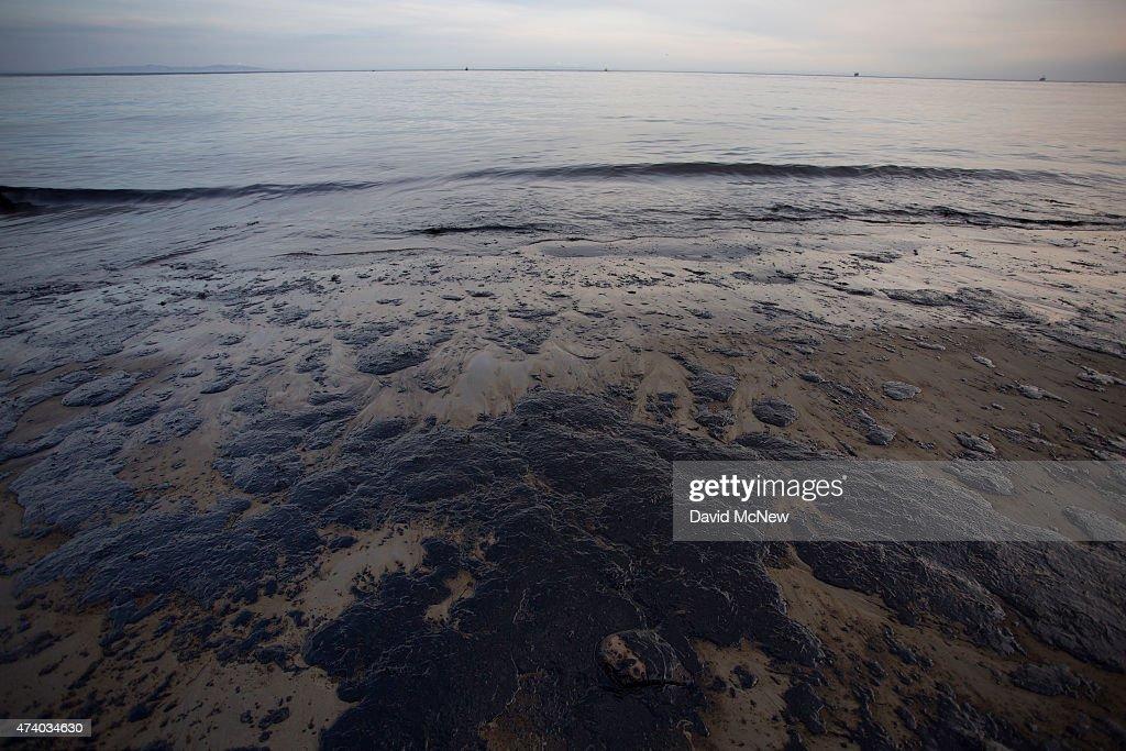 Ruptured Pipeline Spills Oil Along Santa Barbara Coast : Photo d'actualité