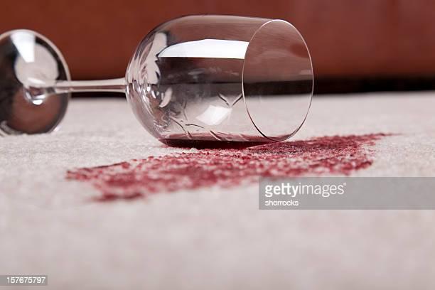 Versato del vino in salotto