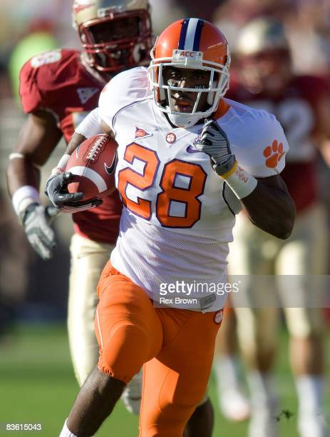 J Spiller of the Clemson Tigers carries the ball against the Florida State Seminoles at Doak Campbell Stadium on November 8 2008 in Tallahassee...