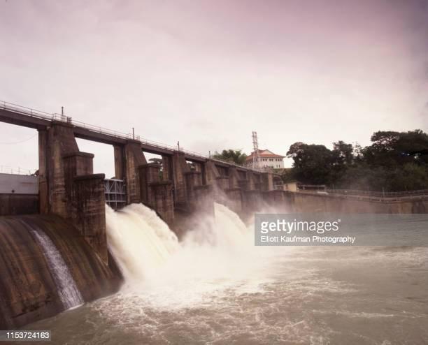 spillway dam at the panama canal gatun lake - panama fotografías e imágenes de stock
