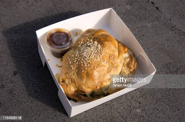 spinach and ricotta pasty with tomato relish in a cardboard takeout box - schlechte angewohnheit stock-fotos und bilder