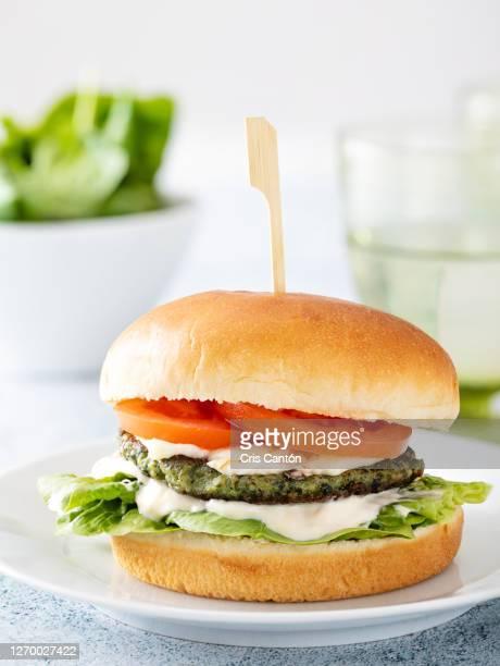 spinach burger - cris cantón photography fotografías e imágenes de stock