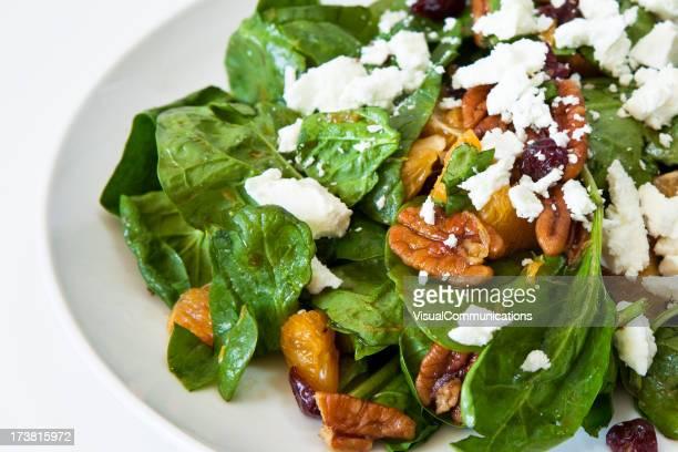 Spinat-Salat mit Obst und Käse.