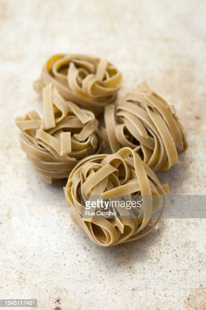 spinach tagliatelle on a grey surface - rua stock pictures, royalty-free photos & images