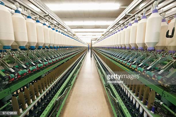 spinning factory machinery - fábrica têxtil imagens e fotografias de stock