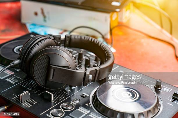 dj spinning, mixing, and scratching in a night club - club dj stock pictures, royalty-free photos & images