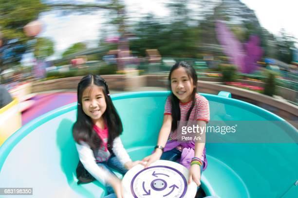 spinning tea cup ride - 遊園地の乗り物 ストックフォトと画像