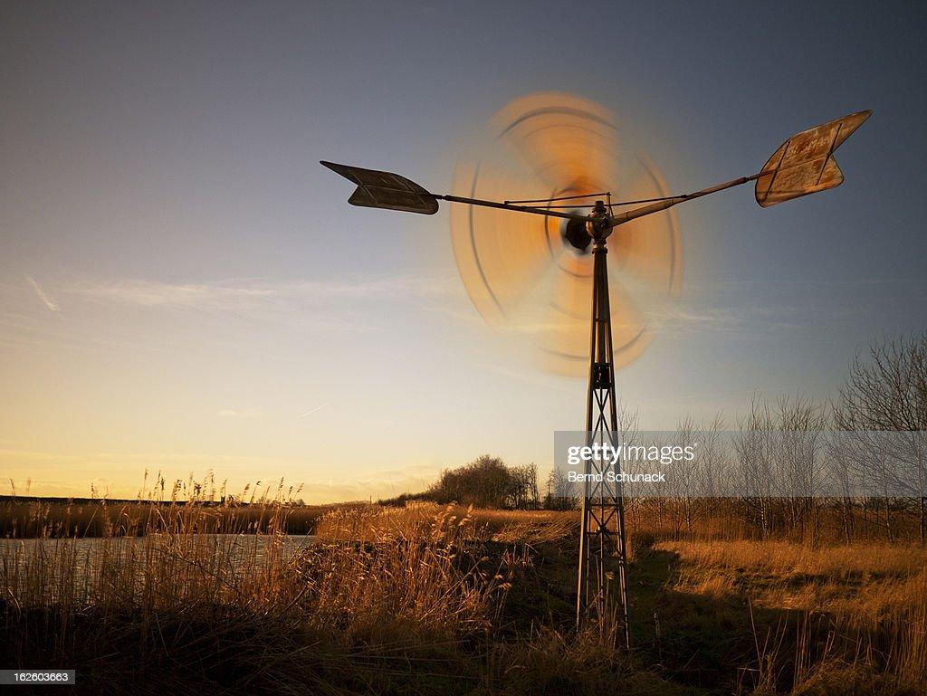 Spinning Windmill : Stock-Foto
