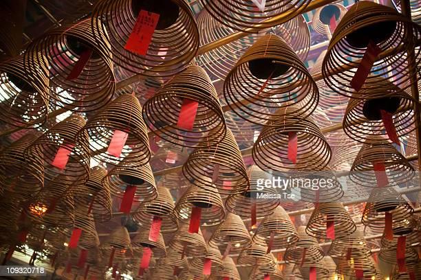 spiral incense at man mo temple - 上環 ストックフォトと画像
