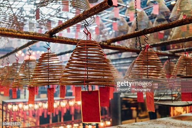 spiral incense sticks at man mo temple, sheung wan, hong kong - man motempel stockfoto's en -beelden
